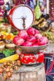 Mercado de la fruta con las escalas y el granate viejos Foto de archivo