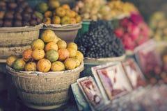 Mercado de la fruta del aire abierto en el pueblo en Bali Foco selectivo imagen de archivo