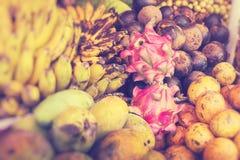 Mercado de la fruta del aire abierto en el pueblo en Bali Foco selectivo foto de archivo libre de regalías