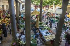 Mercado de la fruta del DOS Lavradores de Mercado, Funchal/MADEIRA - 22 de abril de 2017: Compradores y vendedores en DOS famoso  foto de archivo