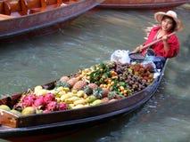 Mercado de la fruta del río. Foto de archivo