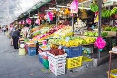 Mercado de la fruta en la calle en Bangkok, Tailandia fotos de archivo