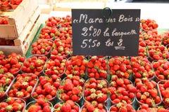 Mercado de la fruta en Normandía, Francia: fresa Imagen de archivo