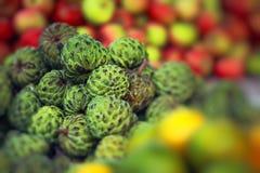 Mercado de la fruta fresca en la India fotos de archivo
