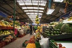 Mercado de la fruta grande de Paloquemao de la mercado de la fruta, Bogotá Colombia Foto de archivo libre de regalías