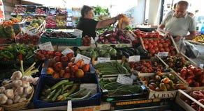 Mercado de la fruta orgánica en Italia Fotos de archivo libres de regalías