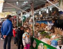 Mercado de la Navidad cerca de Sagrada Familia Imágenes de archivo libres de regalías