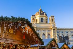 Mercado de la Navidad cerca del cuarto del museo en Viena Austria imágenes de archivo libres de regalías