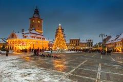 Mercado de la Navidad con el árbol adornado en el centro de ciudad, Brasov fotografía de archivo
