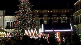 Mercado de la Navidad con el árbol grande en la noche Imágenes de archivo libres de regalías