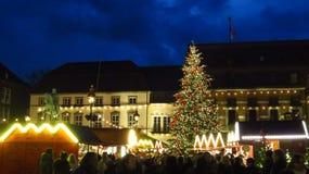 Mercado de la Navidad con el árbol grande por la tarde Imagen de archivo libre de regalías