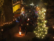 Mercado de la Navidad con la gente en el castillo por noche Fotos de archivo libres de regalías