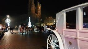 Mercado de la Navidad de la visita de la gente en la plaza principal en ciudad vieja metrajes