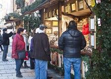 Mercado de la Navidad de Munich, quiosco que vende las tortas tradicionales Fotos de archivo