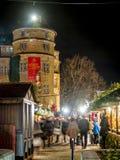 Mercado de la Navidad debajo de un castillo viejo Fotos de archivo