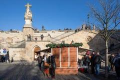 Mercado de la Navidad debajo del puente famoso de Charles en Praga Fotos de archivo libres de regalías