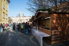 Mercado de la Navidad debajo del puente famoso de Charles en Praga Imagen de archivo