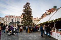 Mercado de la Navidad del advenimiento de Praga en la vieja plaza con el árbol de navidad Imagen de archivo