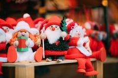 Mercado de la Navidad del invierno de Santa Claus Dolls Toys At European de los recuerdos Foto de archivo libre de regalías