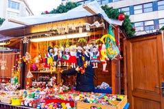 Mercado de la Navidad del invierno - juguetes de la marioneta La decoración y el juguete de madera del vintage se prepara para la fotografía de archivo