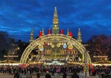Mercado de la Navidad delante ayuntamiento de Viena, Austria Foto de archivo