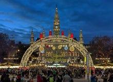 Mercado de la Navidad delante ayuntamiento de Viena, Austria Foto de archivo libre de regalías
