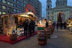 Mercado de la Navidad delante de la basílica del ` s de St Stephen en Budapest, Fotografía de archivo libre de regalías