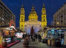 Mercado de la Navidad delante de la basílica del ` s de St Stephen en Budapest, Hungría Imagen de archivo
