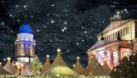 Mercado de la Navidad en Berlin Gendarmenmarkt por noche con nieve Foto de archivo