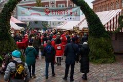 Mercado de la Navidad en la ciudad vieja de Riga fotografía de archivo