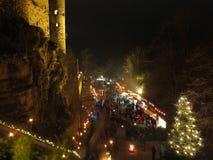 Mercado de la Navidad en el castillo por noche Foto de archivo libre de regalías