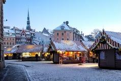 Mercado de la Navidad en el cuadrado de la bóveda en la ciudad vieja de Riga, Letonia Fotos de archivo libres de regalías