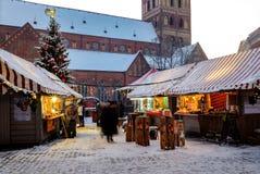 Mercado de la Navidad en el cuadrado de la bóveda en la ciudad vieja de Riga, Letonia Foto de archivo libre de regalías