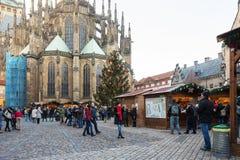 Mercado de la Navidad en el cuadrado de la catedral del st Vitus en Praga Fotos de archivo