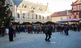 Mercado de la Navidad en el cuadrado de la catedral del st Vitus en Praga Fotografía de archivo