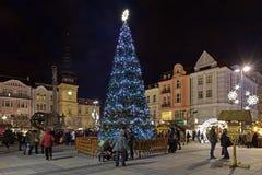 Mercado de la Navidad en el cuadrado de Masaryk en Ostrava en la oscuridad, República Checa Fotografía de archivo