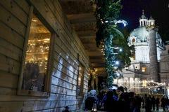 Mercado de la Navidad en Karlsplatz con la iglesia del ` de Karlskirche St Charles en el fondo Fotografía de archivo