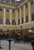 Mercado de la Navidad en la parte del campo cercana a la red del palacio de Schonbrunn Fotografía de archivo