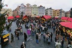 Mercado de la Navidad en la vieja plaza en Praga Fotos de archivo libres de regalías