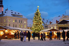 Mercado de la Navidad en Tallinn Fotos de archivo libres de regalías