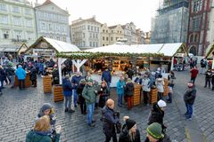 Mercado de la Navidad en la vieja plaza en Praga Fotos de archivo
