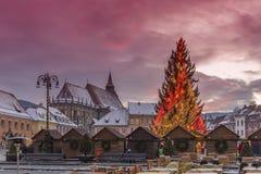 Mercado de la Navidad y árbol de las decoraciones de la ciudad de Brasov, Transilvania, Rumania imagen de archivo libre de regalías