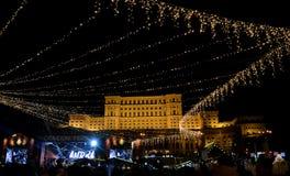 Mercado de la Navidad y concierto delante del parlamento rumano Imágenes de archivo libres de regalías