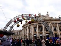Mercado de la Navidad y teatro de la corte imperial de Burgtheater imágenes de archivo libres de regalías