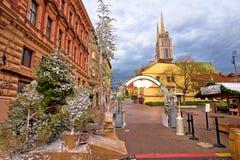 Mercado de la Navidad de Zagreb y opinión del advenimiento de la catedral fotografía de archivo