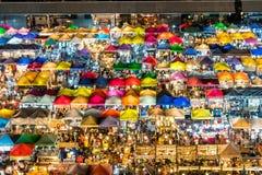Mercado de la noche de Bangkok desde arriba imagenes de archivo