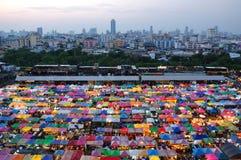 Mercado de la noche de Rotfai en Bangkok Tailandia Imagen de archivo libre de regalías