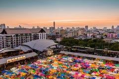 Mercado de la noche del tren - Bangkok, Tailandia imagen de archivo libre de regalías