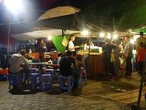 Mercado de la noche en Phnom Penh - capital de Camboya Fotos de archivo libres de regalías