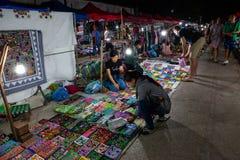 Mercado de la noche de Luang Prabang con las paradas del recuerdo laos imagen de archivo libre de regalías